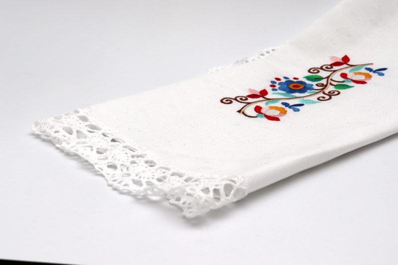 Dekorativni prtiček oval z ornamentom in čipko
