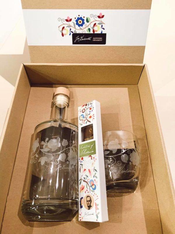 Darilni set steklenica in kozarec z ročno graviranim ornamentom