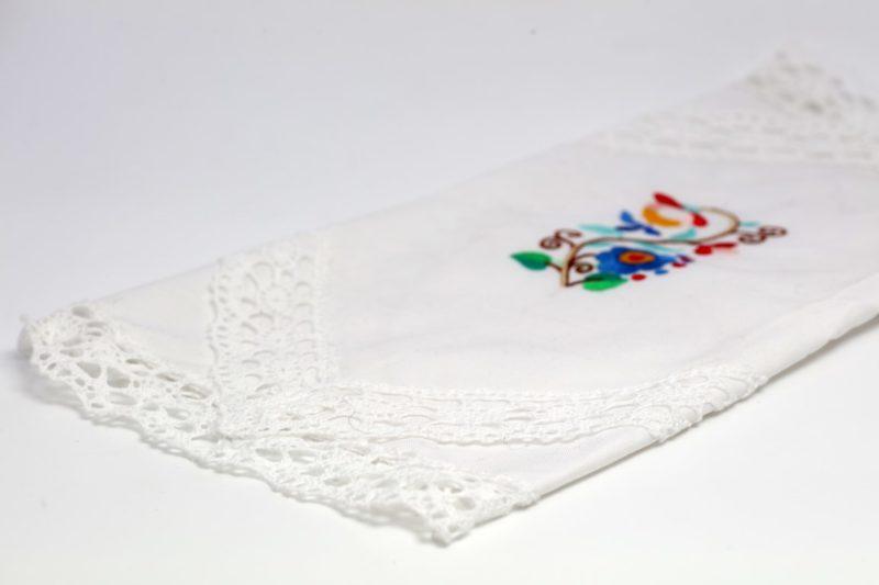 Velikonočni prtiček z dvojno čipko in ornamentom